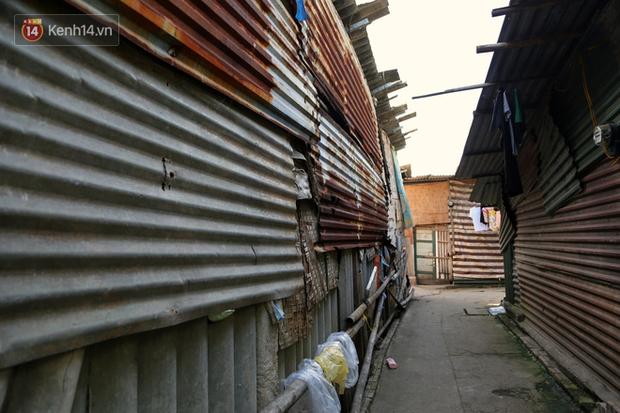 Người nghèo oằn mình trong căn phòng trọ bằng tôn cao chưa đầy 4m dưới nắng nóng 50 độ ở Hà Nội: Giữa trưa hơi nóng phả xuống không khác gì cái lò nướng cỡ lớn - Ảnh 3.