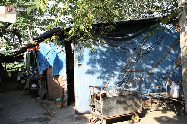 Người nghèo oằn mình trong căn phòng trọ bằng tôn cao chưa đầy 4m dưới nắng nóng 50 độ ở Hà Nội: Giữa trưa hơi nóng phả xuống không khác gì cái lò nướng cỡ lớn - Ảnh 1.
