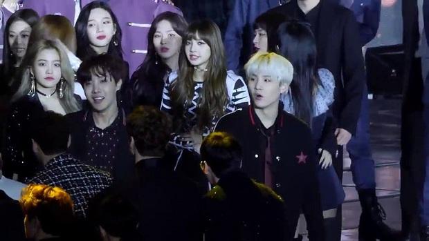 """Netizen tưởng tượng cảnh BTS và BLACKPINK gặp nhau: Biểu cảm """"hằm hè"""", chiến tranh nổ ra là điều tất yếu? - Ảnh 5."""