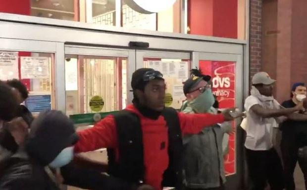 Người biểu tình dựng hàng rào sống ngăn nhóm cướp phá xông vào cửa hàng - Ảnh 2.