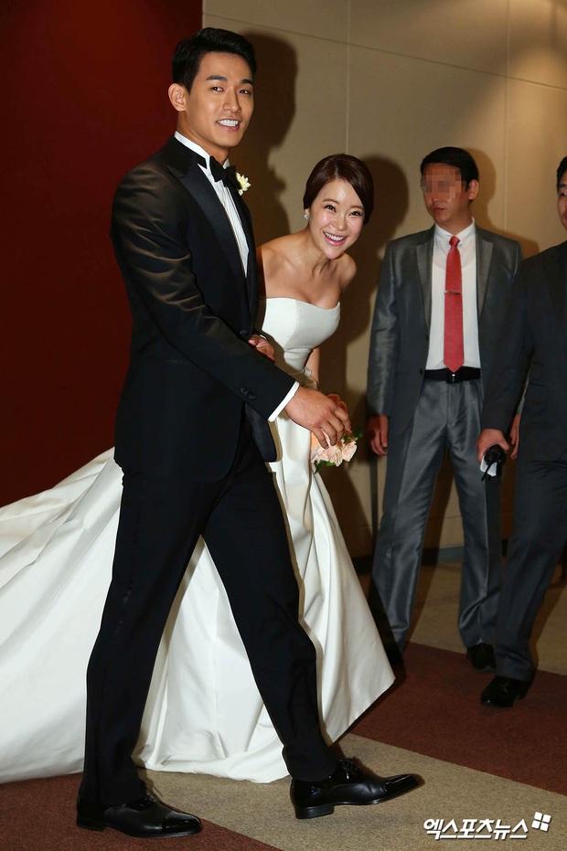 """Đám cưới ca sĩ """"Secret Garden"""" lên top Naver vì như """"bê"""" nửa Kbiz đến chung vui: Yoo Jae Suk, Park Bo Young, Sistar, cả chủ tịch JYP tụ họp đủ - Ảnh 2."""