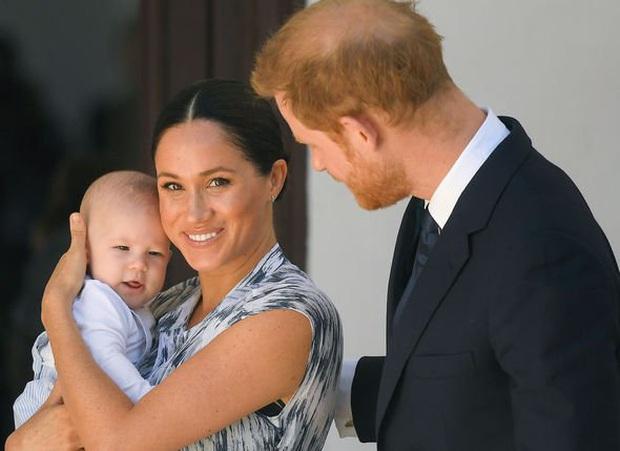 Vợ chồng Meghan Markle và Harry được phép rời bỏ gia đình Hoàng tộc, nhưng con trai 1 tuổi của họ thì không? - Ảnh 1.
