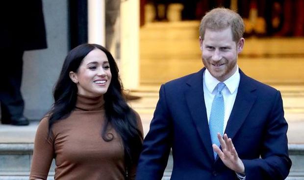 Vợ chồng Meghan Markle và Harry bị tố thất hứa khi vẫn dùng tước hiệu Hoàng gia trước đây của mình sau khi đã dứt áo ra đi - Ảnh 1.