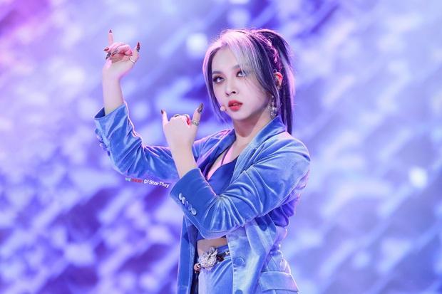 Hàn Quốc rộ trào lưu nhuộm riêng tóc mái màu chóe, hóa ra hội idol đều đã đu trend hết cả rồi! - Ảnh 1.