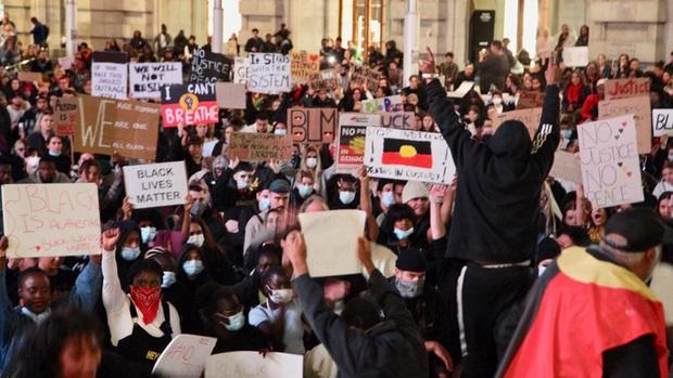 Biểu tình phản đối phân biệt chủng tộc lan sang Australia - Ảnh 1.