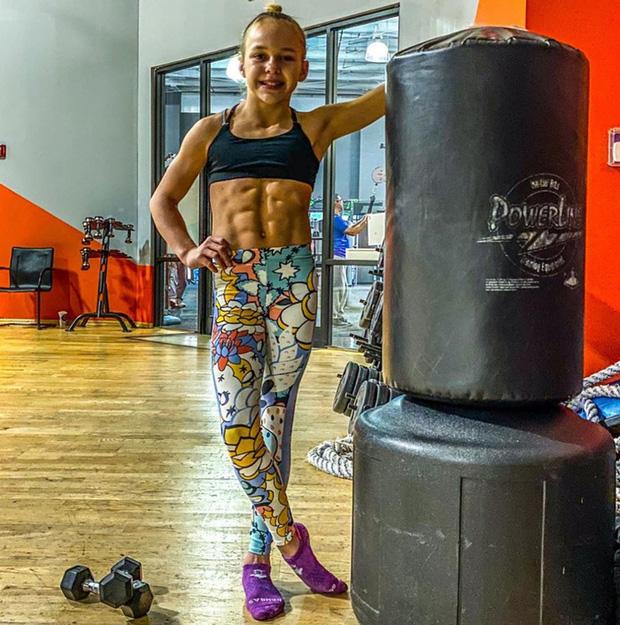 Nữ VĐV nhí mới 10 tuổi đã có 6 múi căng đét cùng cơ bắp cuồn cuộn, gây choáng khi hé lộ số thời gian tập luyện mỗi tuần - Ảnh 3.