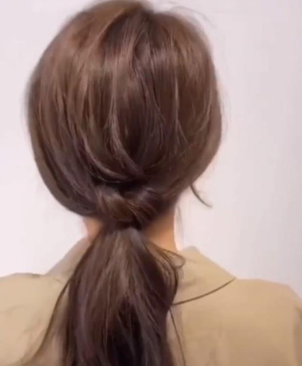 Biến tấu 3 cách buộc tóc đuôi ngựa siêu nhanh và dễ, học ngay để vừa chống nóng lại xinh xắn tuyệt đối - Ảnh 4.