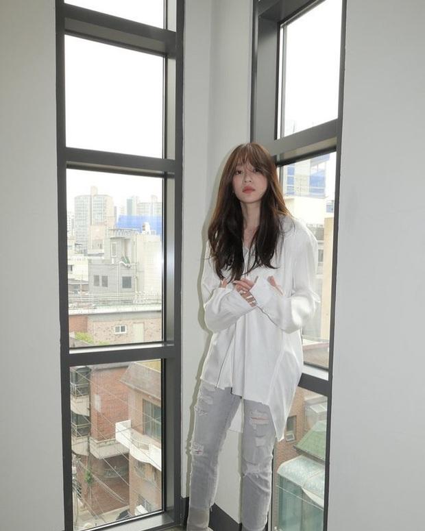 Đã bao mùa Hè trôi qua, sao Hàn vẫn chưa chán một kiểu áo sơ mi ai mặc cũng đẹp và sành điệu hơn gấp bội - Ảnh 4.