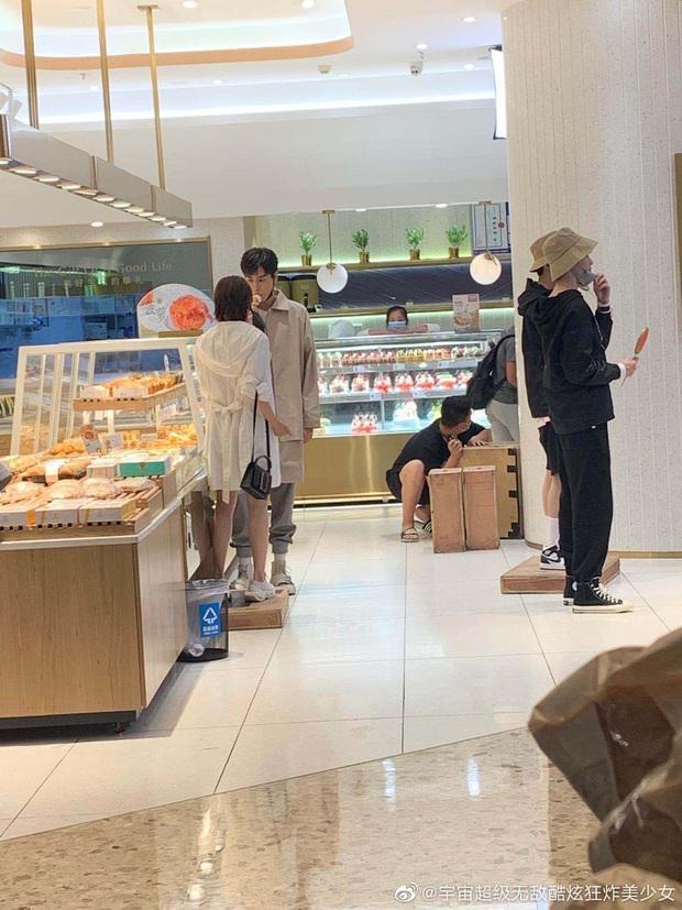 Netizen mừng hớn vì stylist Cá Mực Hầm Mật 2 cho nữ chính cắt tóc nhưng màn tình tứ trên xe đẩy hàng vẫn cứ sai sai? - Ảnh 4.