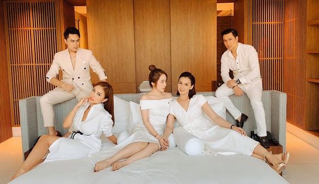 Hé lộ loạt ảnh đầu tiên của dàn sao trong tiệc cưới Phanh Lee: Quỳnh Nga, Vân Hugo lên đồ sang chảnh, rạng rỡ mừng hạnh phúc bạn thân! - Ảnh 2.