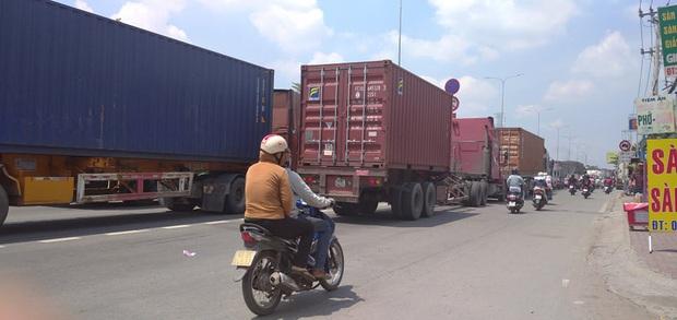 Xe tải rớt bánh lật trên quốc lộ 1A ở Sài Gòn, nhiều người thoát chết, giao thông ùn ứ kéo dài   - Ảnh 5.