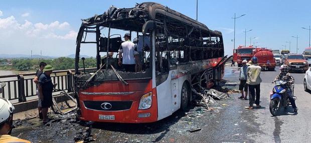 Thanh Hoá: Xe khách bất ngờ bốc cháy dữ dội, 20 người thoát chết - Ảnh 2.