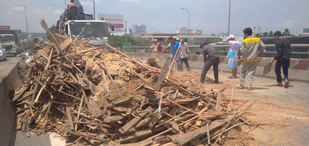 Xe tải rớt bánh lật trên quốc lộ 1A ở Sài Gòn, nhiều người thoát chết, giao thông ùn ứ kéo dài   - Ảnh 3.
