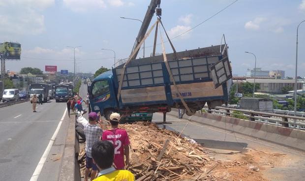 Xe tải rớt bánh lật trên quốc lộ 1A ở Sài Gòn, nhiều người thoát chết, giao thông ùn ứ kéo dài   - Ảnh 2.