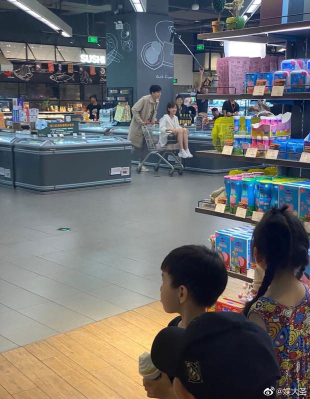 Netizen mừng hớn vì stylist Cá Mực Hầm Mật 2 cho nữ chính cắt tóc nhưng màn tình tứ trên xe đẩy hàng vẫn cứ sai sai? - Ảnh 1.
