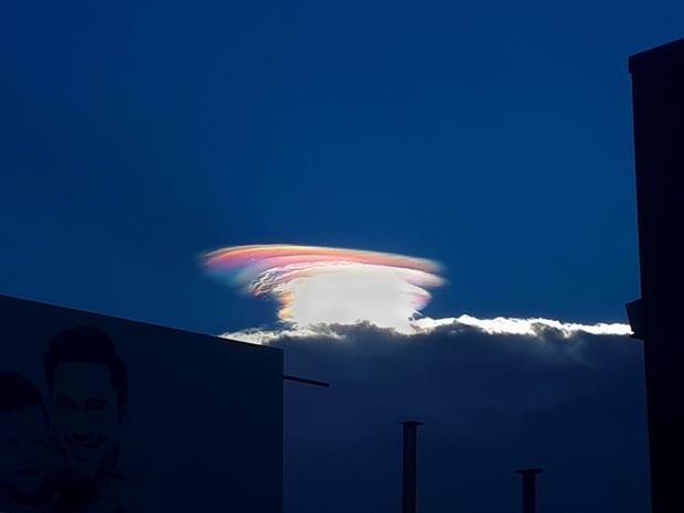 HOT: Hiện tượng mây ngũ sắc tuyệt đẹp mới xuất hiện tại Việt Nam, dân tình thích thú khoe ảnh cực ảo - Ảnh 6.