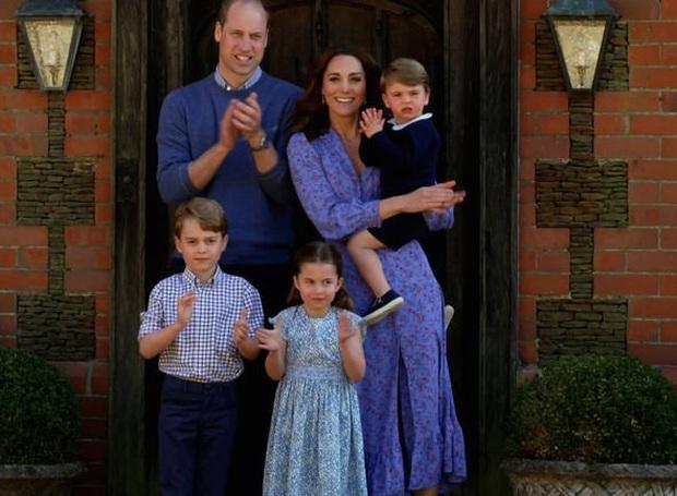 Trong khi tương lai con trai cả đã được định sẵn nếu Hoàng tử William lên ngôi, cậu con trai thứ lại không được thừa kế tước hiệu nào từ cha mình - Ảnh 2.