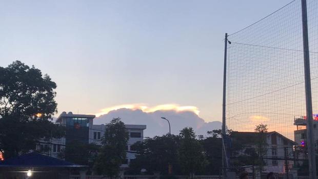 HOT: Hiện tượng mây ngũ sắc tuyệt đẹp mới xuất hiện tại Việt Nam, dân tình thích thú khoe ảnh cực ảo - Ảnh 11.