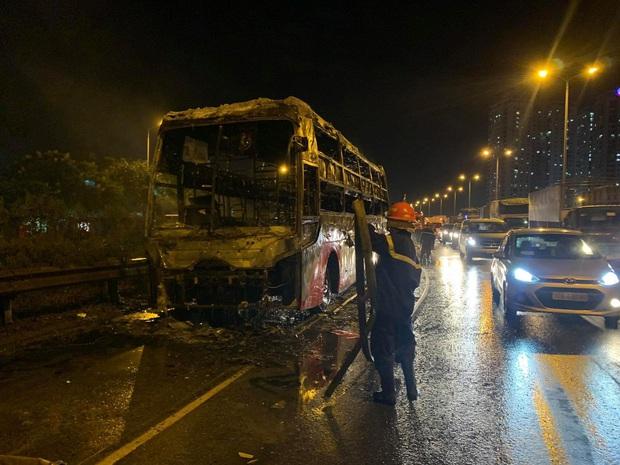 Xe khách giường nằm cháy rụi trên đường sau khi mang từ gara sửa chữa - Ảnh 2.