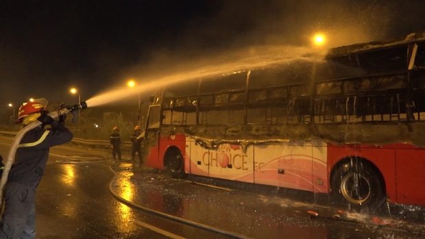 Xe khách giường nằm cháy rụi trên đường sau khi mang từ gara sửa chữa - Ảnh 3.