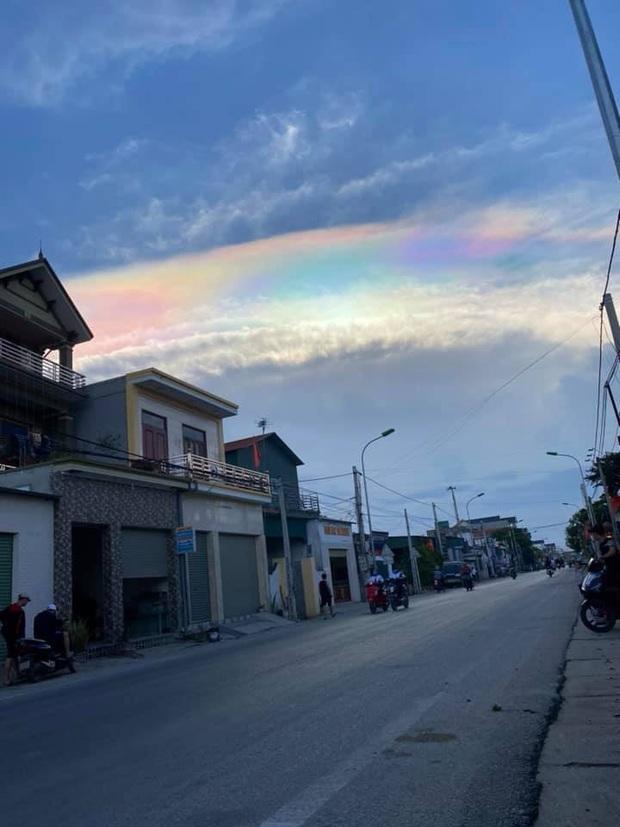 HOT: Hiện tượng mây ngũ sắc tuyệt đẹp mới xuất hiện tại Việt Nam, dân tình thích thú khoe ảnh cực ảo - Ảnh 8.
