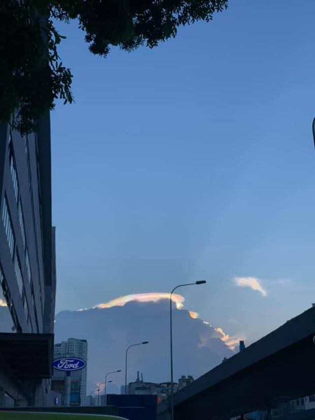 HOT: Hiện tượng mây ngũ sắc tuyệt đẹp mới xuất hiện tại Việt Nam, dân tình thích thú khoe ảnh cực ảo - Ảnh 4.