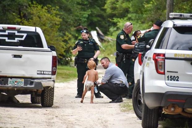 Nhận được tin báo về em bé tự kỉ 3 tuổi mất tích, cảnh sát nhanh chóng đến nơi và bất ngờ khi thấy 2 vệ sĩ đang trông nom cậu nhóc - Ảnh 1.