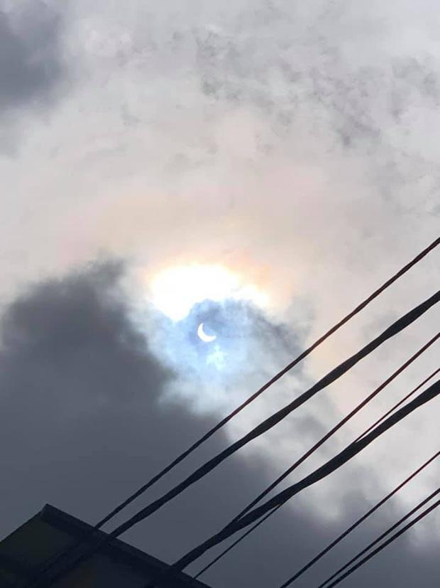 """Hiếm hoi lắm mới xuất hiện tại Việt Nam, đây là hiện tượng nhật thực """"vòng lửa"""" được dân mạng từ khắp nơi chụp lại được trong chiều nay - Ảnh 4."""