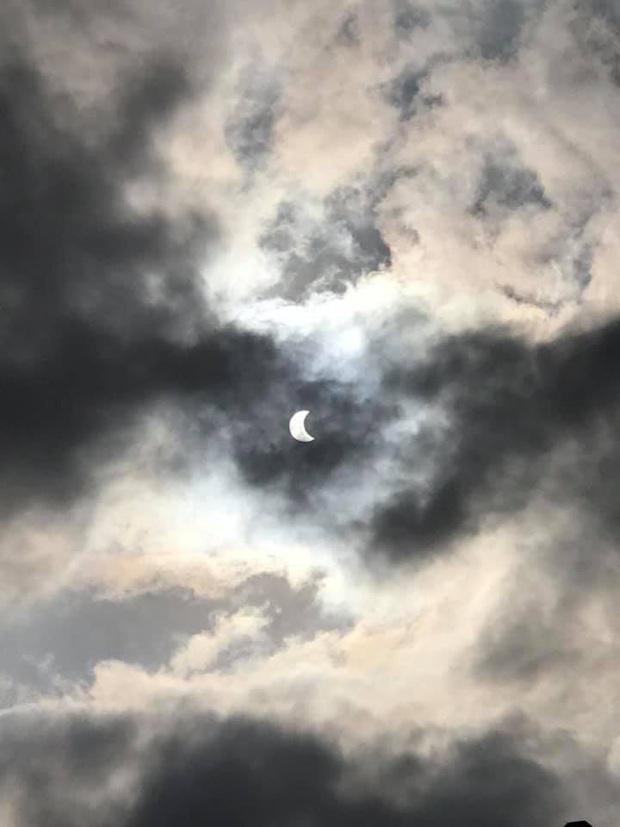 """Hiếm hoi lắm mới xuất hiện tại Việt Nam, đây là hiện tượng nhật thực """"vòng lửa"""" được dân mạng từ khắp nơi chụp lại được trong chiều nay - Ảnh 7."""
