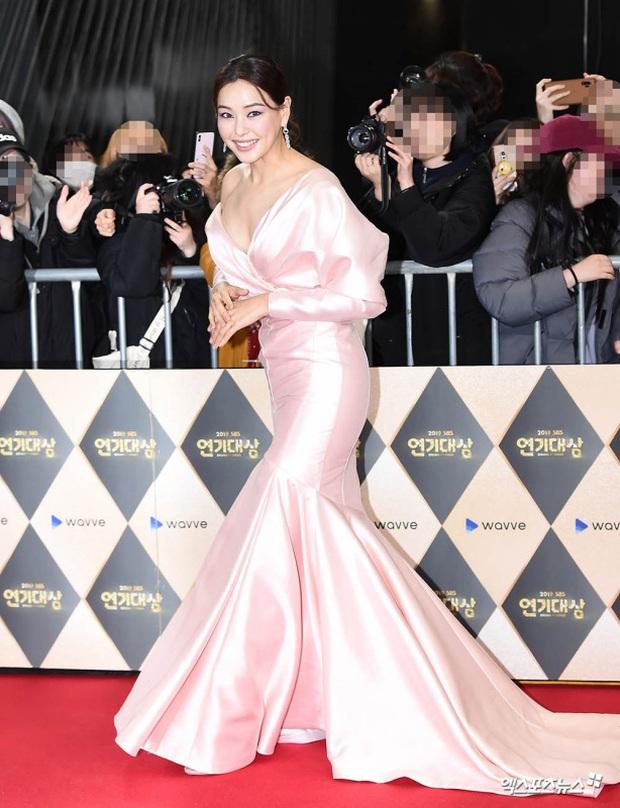 Hoa hậu Hàn đẹp nhất thế giới Honey Lee: Style sự kiện chanh sả bao nhiêu thì style đời thường lại cool bấy nhiêu - Ảnh 2.
