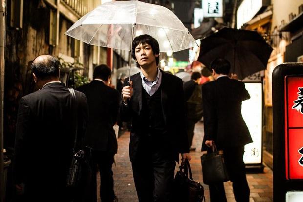 Bộ ảnh về cuộc sống đáng sợ của dân công sở Nhật: Say xỉn là nghĩa vụ, làm việc như máy và thờ ơ với tình dục - Ảnh 1.