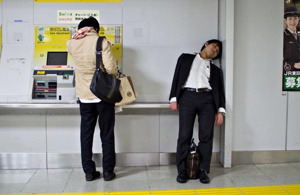 Bộ ảnh về cuộc sống đáng sợ của dân công sở Nhật: Say xỉn là nghĩa vụ, làm việc như máy và thờ ơ với tình dục - Ảnh 2.