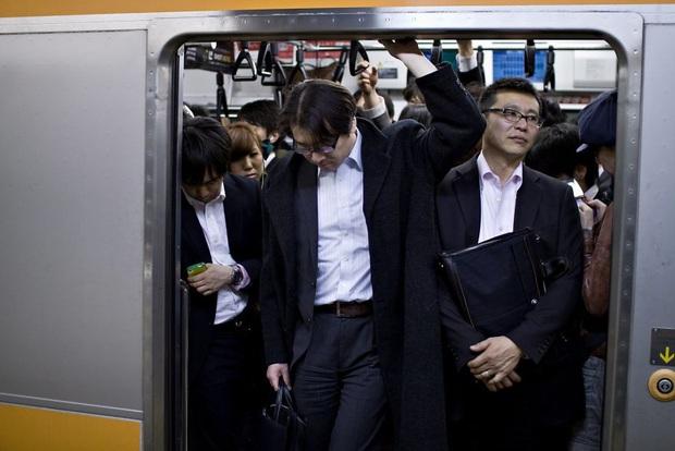 Bộ ảnh về cuộc sống đáng sợ của dân công sở Nhật: Say xỉn là nghĩa vụ, làm việc như máy và thờ ơ với tình dục - Ảnh 12.