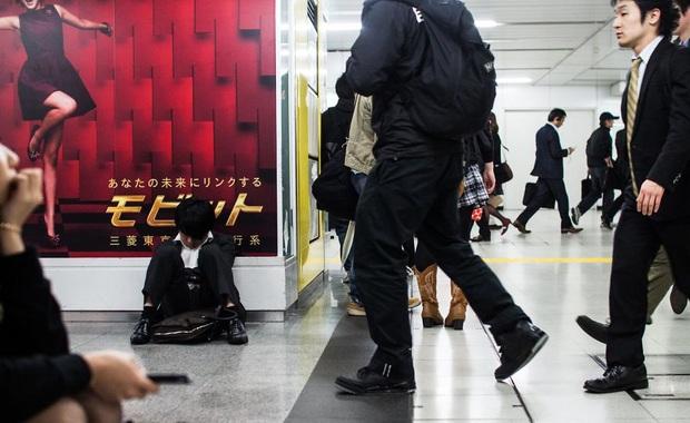 Bộ ảnh về cuộc sống đáng sợ của dân công sở Nhật: Say xỉn là nghĩa vụ, làm việc như máy và thờ ơ với tình dục - Ảnh 13.