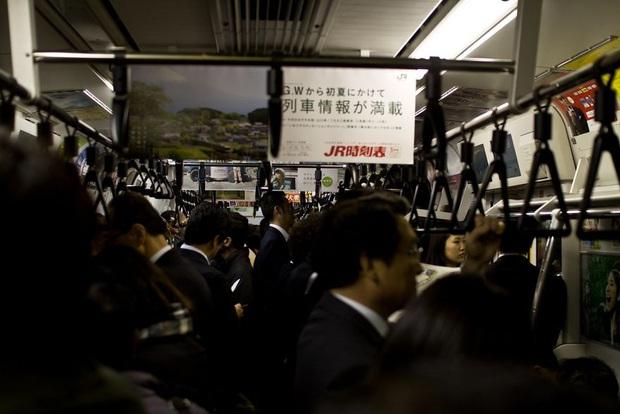 Bộ ảnh về cuộc sống đáng sợ của dân công sở Nhật: Say xỉn là nghĩa vụ, làm việc như máy và thờ ơ với tình dục - Ảnh 14.