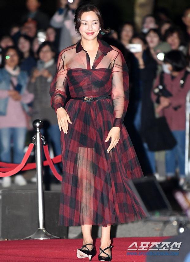 Hoa hậu Hàn đẹp nhất thế giới Honey Lee: Style sự kiện chanh sả bao nhiêu thì style đời thường lại cool bấy nhiêu - Ảnh 3.