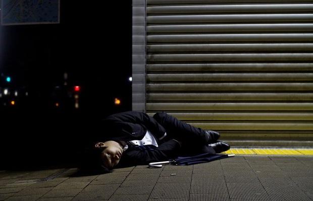 Bộ ảnh về cuộc sống đáng sợ của dân công sở Nhật: Say xỉn là nghĩa vụ, làm việc như máy và thờ ơ với tình dục - Ảnh 3.