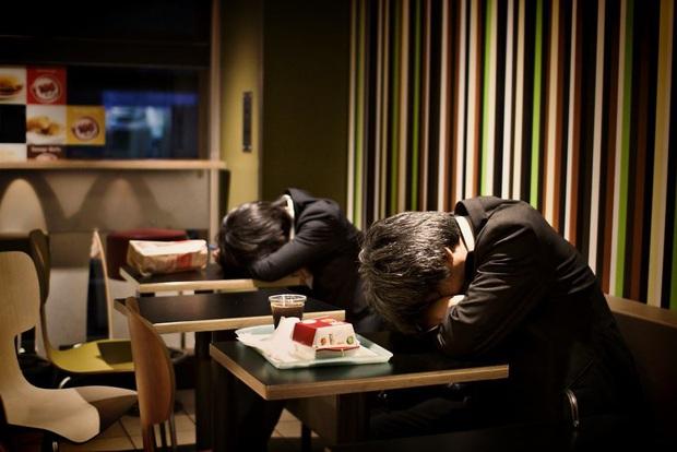 Bộ ảnh về cuộc sống đáng sợ của dân công sở Nhật: Say xỉn là nghĩa vụ, làm việc như máy và thờ ơ với tình dục - Ảnh 4.