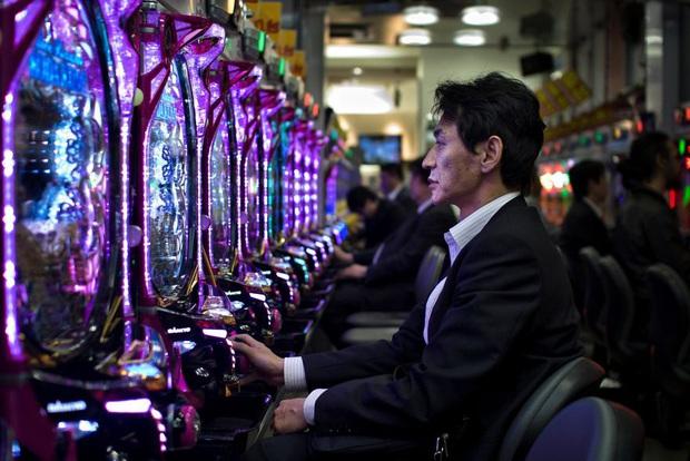 Bộ ảnh về cuộc sống đáng sợ của dân công sở Nhật: Say xỉn là nghĩa vụ, làm việc như máy và thờ ơ với tình dục - Ảnh 5.