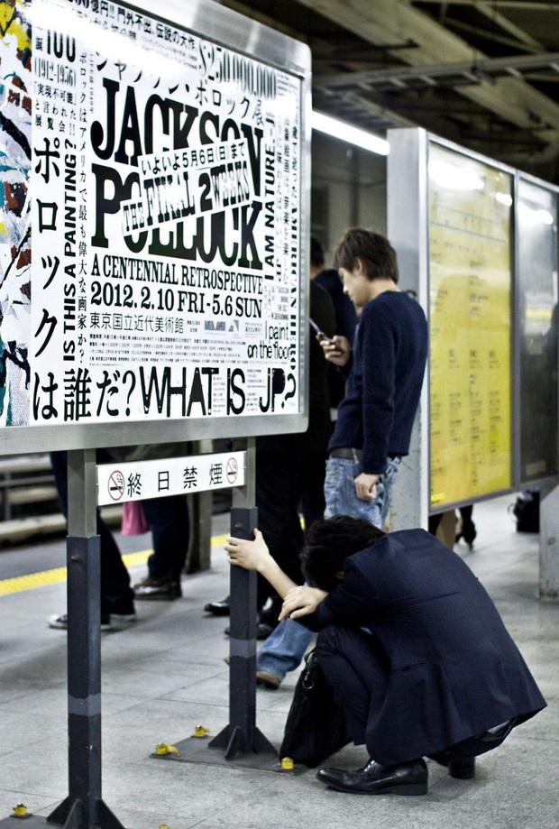 Bộ ảnh về cuộc sống đáng sợ của dân công sở Nhật: Say xỉn là nghĩa vụ, làm việc như máy và thờ ơ với tình dục - Ảnh 6.