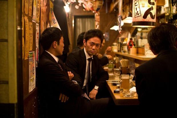 Bộ ảnh về cuộc sống đáng sợ của dân công sở Nhật: Say xỉn là nghĩa vụ, làm việc như máy và thờ ơ với tình dục - Ảnh 7.