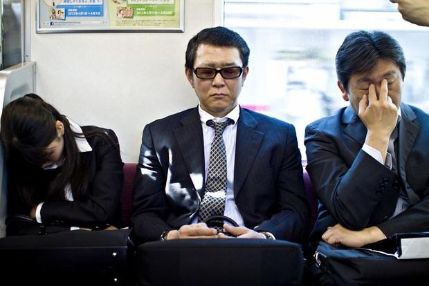 Bộ ảnh về cuộc sống đáng sợ của dân công sở Nhật: Say xỉn là nghĩa vụ, làm việc như máy và thờ ơ với tình dục - Ảnh 8.