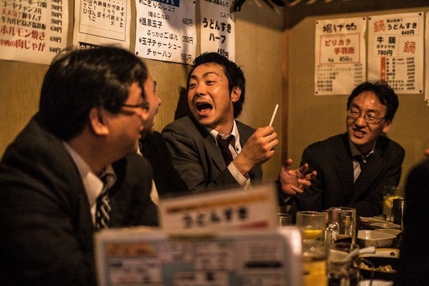 Bộ ảnh về cuộc sống đáng sợ của dân công sở Nhật: Say xỉn là nghĩa vụ, làm việc như máy và thờ ơ với tình dục - Ảnh 9.