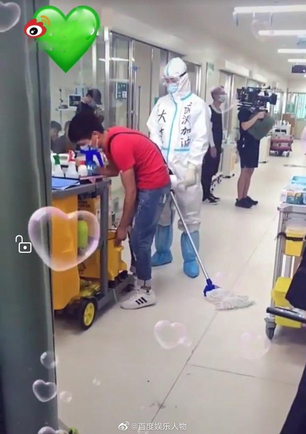 Đặng Luân mặc đồ bảo hộ kín mít đóng phim chống dịch, fan hào hứng mong chờ ngày lên sóng - Ảnh 4.