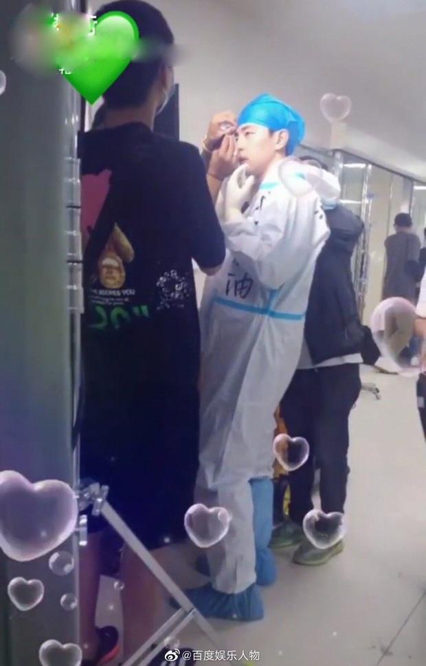 Đặng Luân mặc đồ bảo hộ kín mít đóng phim chống dịch, fan hào hứng mong chờ ngày lên sóng - Ảnh 2.