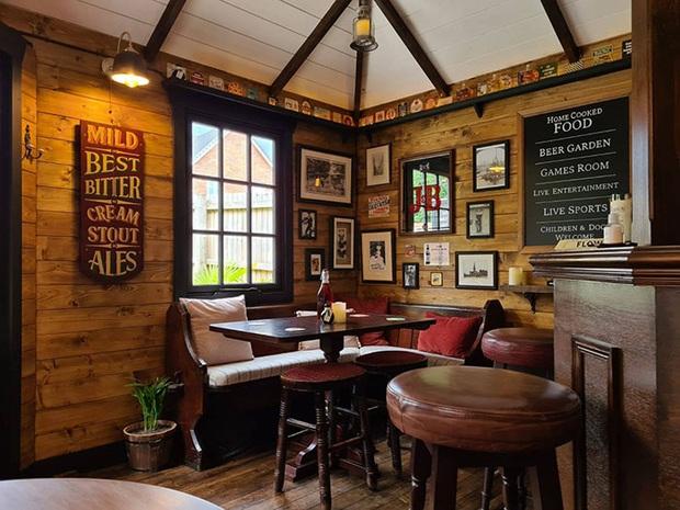 Rảnh rỗi mùa giãn cách xã hội, cặp đôi tự dựng hẳn một mini pub sau vườn và thành quả khiến dân thiết kế cũng phải trầm trồ thán phục  - Ảnh 4.