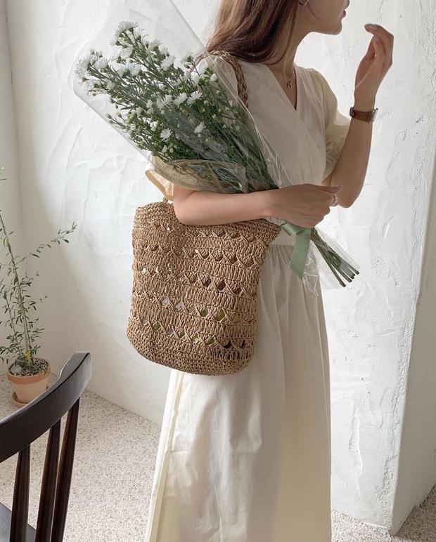 12 set đồ xinh yêu để diện cùng túi cói, đảm bảo ảnh sống ảo của bạn sẽ hút like tới tấp nếu học theo - Ảnh 4.