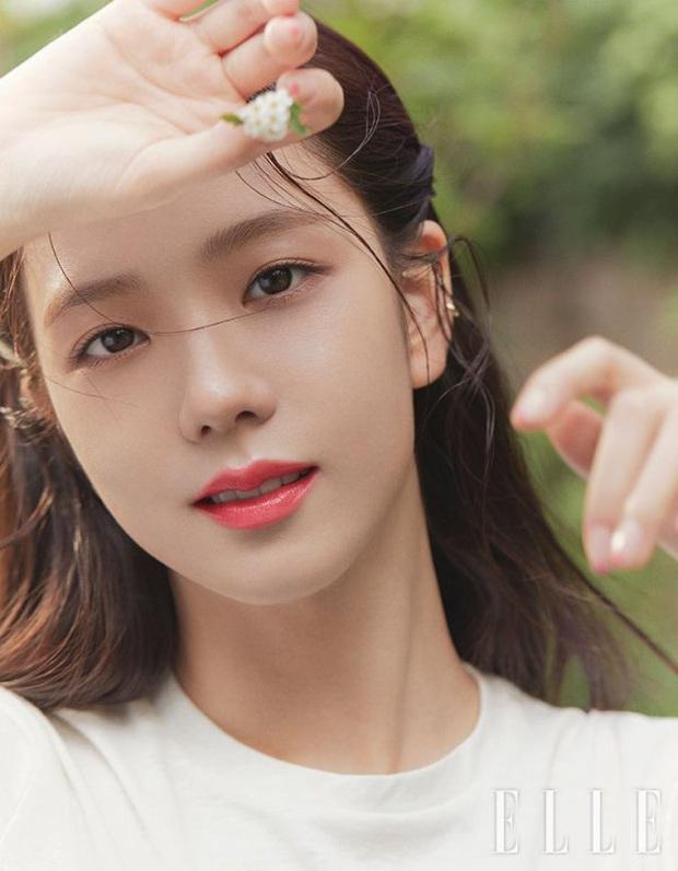Bộ ảnh tạp chí mới của nữ thần Jisoo gây sốt, visual đỉnh đến mức vượt mặt cả 3 cô em trong BLACKPINK là có lý do cả - Ảnh 1.