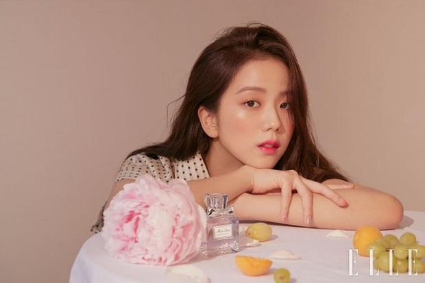Bộ ảnh tạp chí mới của nữ thần Jisoo gây sốt, visual đỉnh đến mức vượt mặt cả 3 cô em trong BLACKPINK là có lý do cả - Ảnh 4.