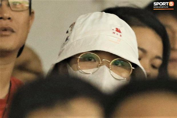 Loạt phản ứng trái ngược của hội WAGs khi lọt vào tầm ngắm cameraman: Vợ Công Phượng kín bưng - bạn gái Quang Hải thoải mái nói cười - Ảnh 3.